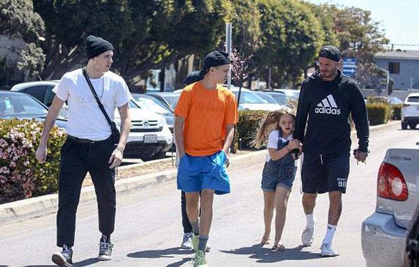 Harper bám tay chặt tay bố, có vẻ làm nũng khi đi cùng ba anh trai Brooklyn, Romeo và Cruz. Vic vắng mặt trong buổi đi dạo phố của chồng con.