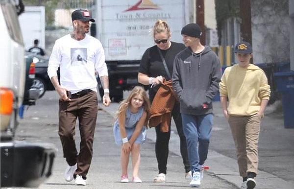 Một ngày trước đó, Becks cũng đưa cả bốn con và bảo mẫu tới một nhà hàng pizza ăn trưa. Harper dường như vừa bị ngã, xuýt xoa ôm đầu gối.