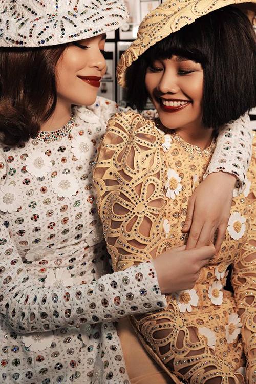 Hồ Ngọc Hà và Thanh Hằng, diện bộ đầm trong bộ sưu tập của nhà thiết kế Công Trí. Hai người đẹp thân thiết khoác vai nhau.