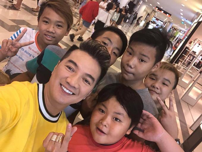 Đàm Vĩnh Hưng chụp ảnh giao lưu với các fan nhí ở Hà Nội.