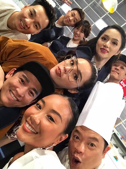Đoan Trang đăng ảnh sau khi quay một show truyền hình. Bức ảnh gây sốt vì quy tụ quá nhiều sao hạng A của showbiz Việt.