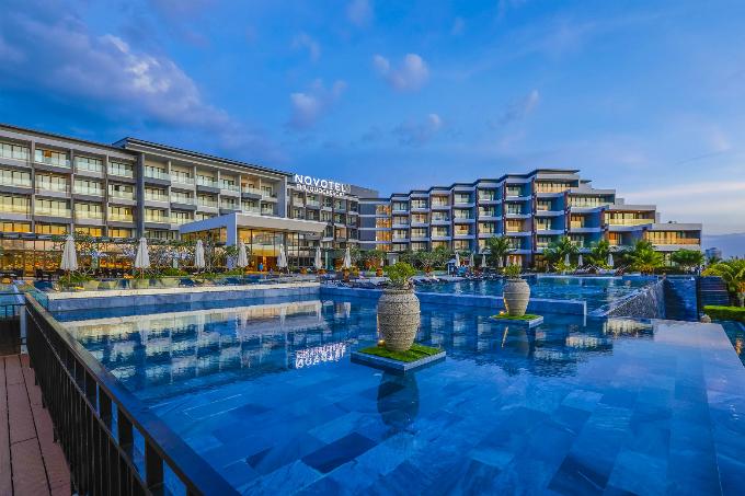 Sonasea Villas & Resorts được quy hoạch để trở thành khu tổ hợp du lịch đẳng cấp quốc tế bao gồm các khu resort, khu biệt thự và căn hộ nghỉ dưỡng cao cấp, khu phố đi bộ và mua sắm, khu phức hợp văn phòng và thương mại sầm uất, khu vui chơi giải trí hiện đại.Ngoài ra, từ đây, du kháchchỉ mất5 phút để di chuyển tới sân bay quốc tế Phú Quốc và cách thị trấn Dương Đông 10 phút chạy xe.