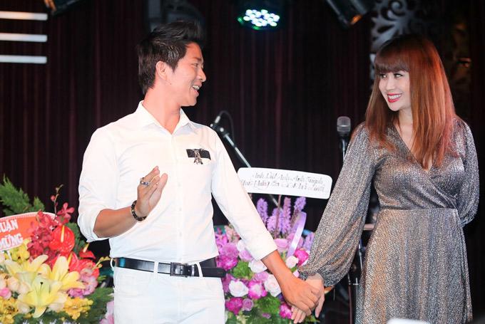 Top 4 Vietnams Got Talent 2013 tình cảm nắm tay, cùng nhạc sĩ Lưu Thiên Hương thực hiện một màn ảo thuật trong chương trình.