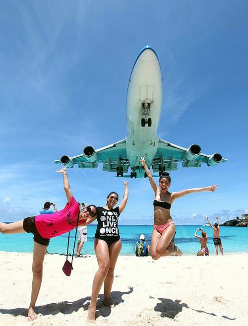 Bãi biển thần chết - nơi du khách tắm ngay dưới bụng máy bay