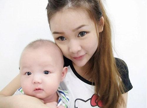 Jieying và con trai đầu lòng.