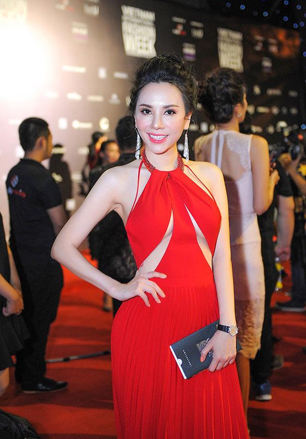 Mặc dù liên tục di chuyển và tham gia các hoạt động nhưng vừa về nước trong buổi sáng, Tân Hoa hậu Doanh nhân Hoàn vũ 2018 ngay lập tức nhận lờitham gia sự kiện Tuần lễ thời trang Việt Nam 2018 vào buổi tối.