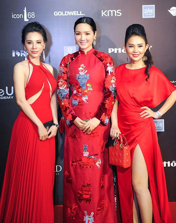 Cô có dịp hội ngộ với hai giám khảo của cuộc thi là Hoa hậu Giáng My (giữa) và Á khôi Bảo Châu (ngoài cùng bên phải). Cả ba người đẹp cùng diện trang phục đỏ rực rỡ.