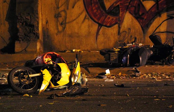 Xe máy nằm la liệt sau tai nạn. Ảnh: Xuân Ẩn