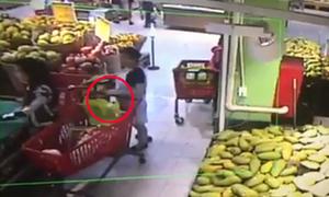 Bà bầu nhanh tay trộm ví của khách hàng trong siêu thị