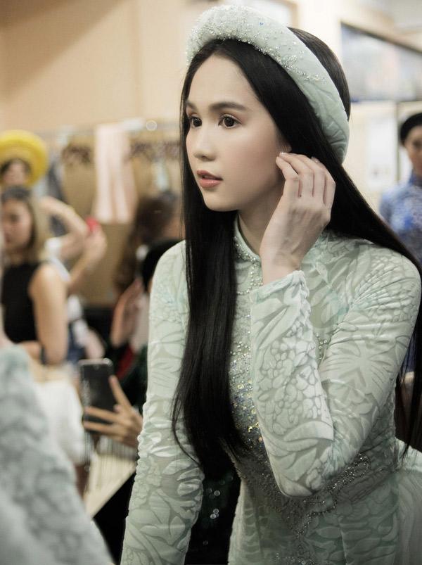 Ngọc Trinh chuẩn bị kỹ lưỡng trước show diễn. Cô được mời diễn mở màn sưu tập áo dài nhung của nhà thiết kế Bảo Bảo, tối 21/4.