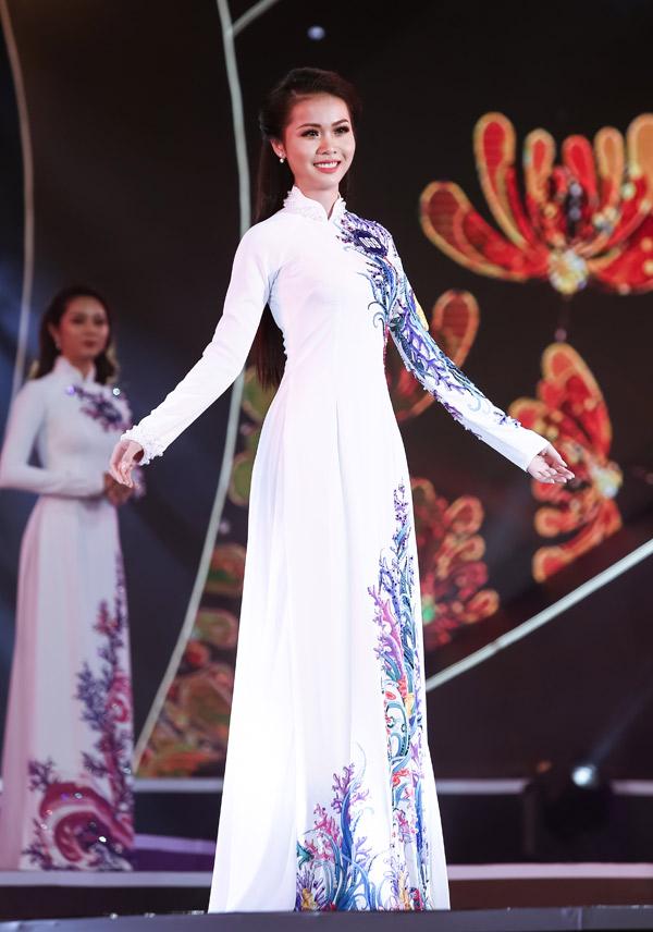 Kim Ngọc cùng các người đẹp trình diễn áo dài tại chung kết Hoa hậu biển Việt Nam toàn cầu 2018, tối 21/4.
