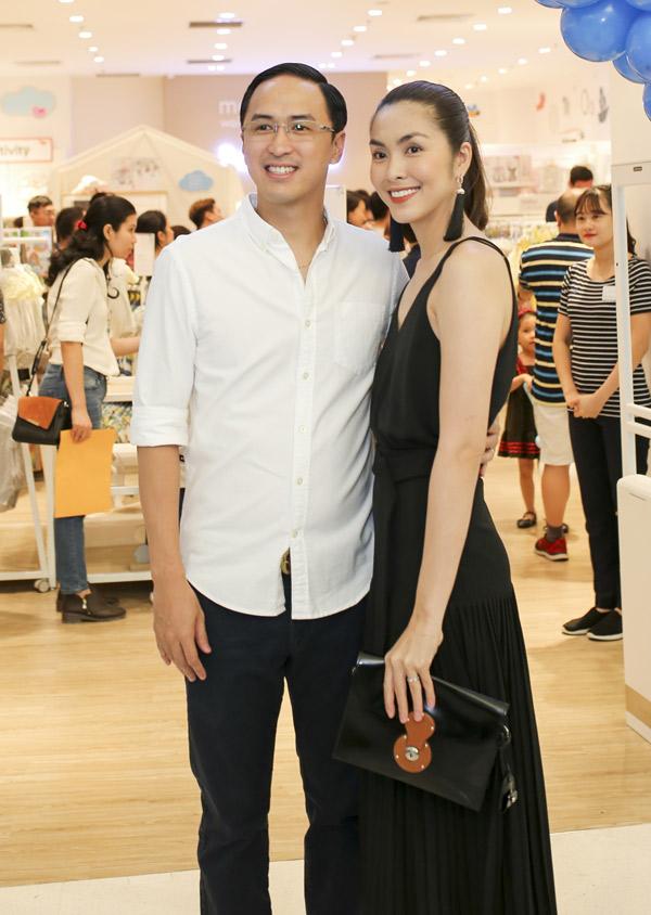 Tăng Thanh Hà cùng ông xã Louis Nguyễn rạng rỡ dự buổi ra mắt một thương hiệu thời trang dành cho mẹ và bé, chiều 21/4.