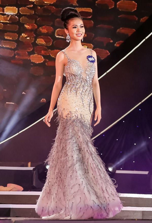 Cô gái quê Tiền Giang chuẩn bị trang phục, phụ kiện kỹ lưỡng cho đêm thi cuối. Thần thái rạng rời của Kim Ngọc ghi điểm với ban giám khảo và khán giả.