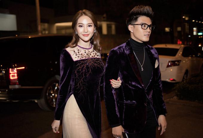 Nữ diễn viên tình tứ khoác tay chàng vũ công tới xem show thời trang thuộc khuôn khổ Vietnam International Fashion Week 2018.