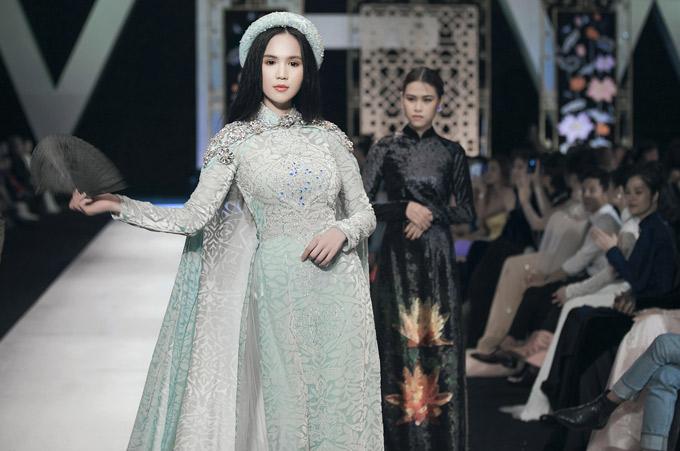 Trang phục Ngọc Trinh mặc đính 5.000 viên pha lê cao cấp, dài 3m.