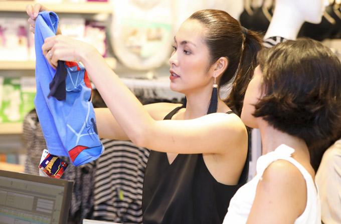 Nữ diễn viên tranh thủ mua sắm quần áo cho con trai cưng. Từ khi kết hôn, Tăng Thanh Hà ít xuất hiện trong các hoạt động của làng giải trí và không còn đi sự kiện nhiều như trước.
