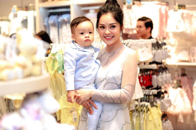Diễn viên Dương Cẩm Lynh bế quý tử William hơn một tuổi đi event.