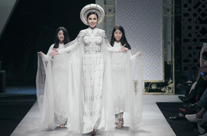 Trước sưu tập áo dài Nhung, Bảo Bảo giới thiệu những cánh họa tiết gạch bông. Hoa hậu Áo dài 2017 Hoàng Dung kết màn diễn này.