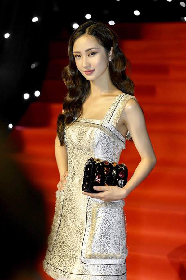 Không có được chiều cao vượt trội như dàn siêu mẫu nổi tiếng, nhưng Jun Vũ vẫn giúp mình thu hút khi xuất hiện trên thảm đỏ thời trang với thiết kế váy ánh kim trang trí tua rua của nhà thiết kế Công Trí.