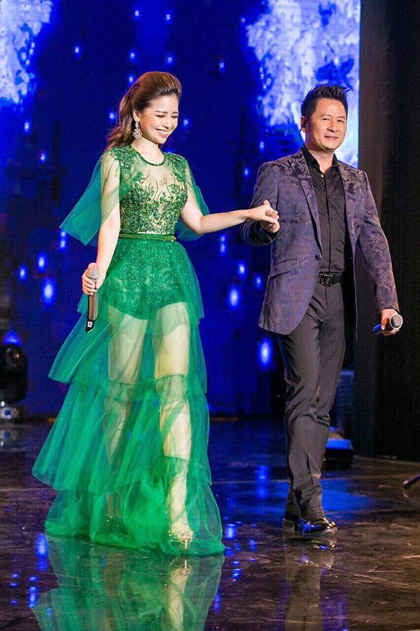 Dương Hoàng Yến giúp mình gợi cảm với thiết kế váy xuyên thấu tông màu nổi bật của nhà thiết kế Hà Duy.