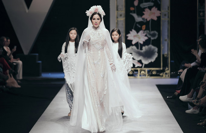 Hoa hậu hòa bình thế giới 2017 Phương Lê xuất hiện lộng lẫy, làm vedette trong tiết mục này.