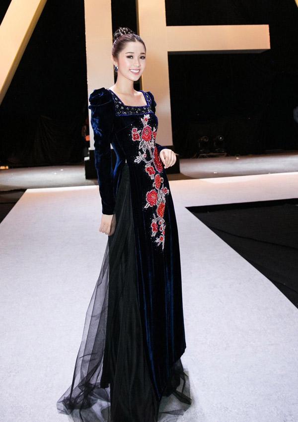 Diễn viên Quỳnh Hương duyên dáng với áo dài nhung, họa tiết tinh tế.