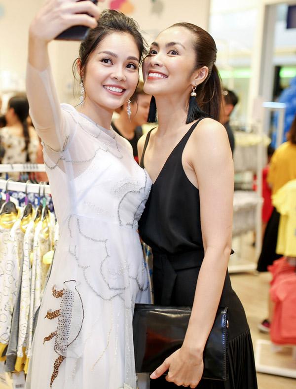 Đã lâu mới hội ngộ, người đẹp phim Gió về cù lao và Hà Tăng vui vẻ chụp ảnh selfie cùng nhau.