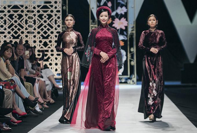 Nghệ sĩ Chiều Xuân khiến khán giả bất ngờ khi sải bước trên sàn diễn Tuần lễ thời trang Việt Nam quốc tế 2018.