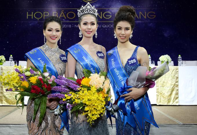Á hậu 1 là người đẹp Nguyễn Thị Ngọc Huyền đến từ Hà Nội (phải), thí sinh Nguyễn Phương Khánh đang sống tại Singapore đoạt ngôi Á hậu 2.