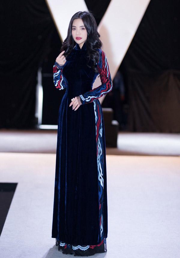 Fashionista Stella Chang diện một thiết kế của Bảo Bảo dự sự kiện thời trang ở TP HCM.