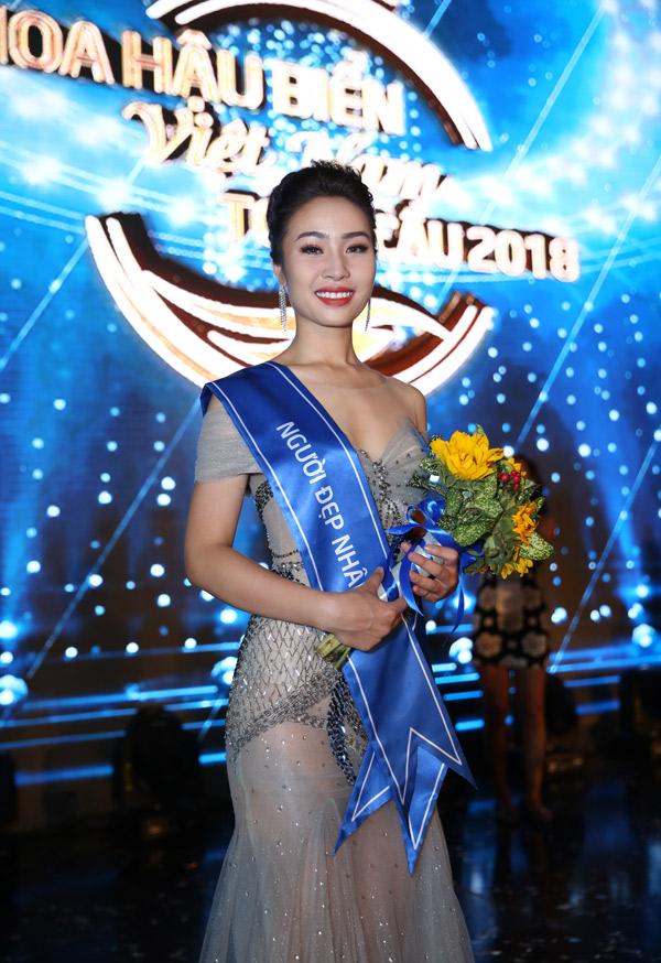 Người đẹp Phạm Hồng Nhung lọt top 10 và giành thêm giải phụ Hoa hậu Nhân ái.