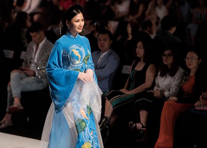 Chân dài Tường Vy điệu đà hóa thiếu nữ xưa với áo dài nhung xanh da trời.