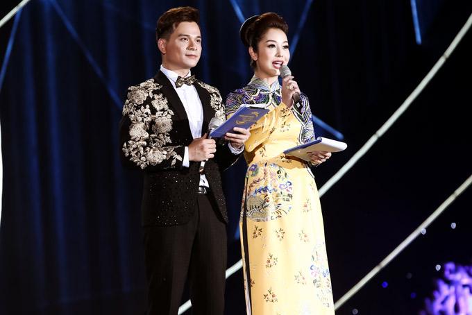 Jennifer Phạm diện áo dài của nhà thiết kế Thủy Nguyễn, cùng MC Danh Tùng dẫn dắt sự kiện này.