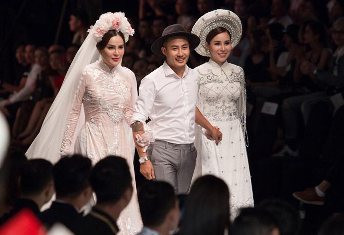Nhà thiết kế sinh năm 1983 được hai nàng thơ Phương Lê và Hoàng Dung tháp tùng ra chào khán giả.
