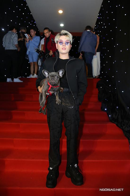 Trong đêm bế mạc, Đức Phúc cũng thu hút không kém Tiêu Châu Như Quỳnh khi ôm theo chó khi đi xem thời trang.