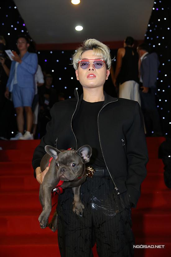 Thay vì sử dụng các phụ kiện túi xách hàng hiệu, túi đeo chéo hợp thời trang như mọi khi, Đức Phúc sử dụng thú cưng làm phụ kiện.