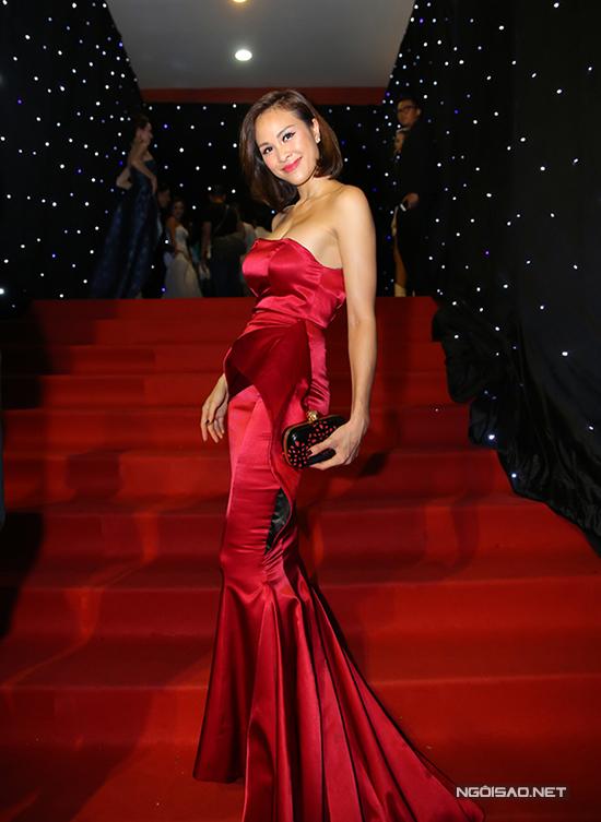 Chương trình còn có sự góp mặt của các người đẹp như Phương Mai, Nguyễn Thị Loan, tuy nhiên tất cả đều bị lấn át bởi chiêu trò của hai ca sĩ trẻ.