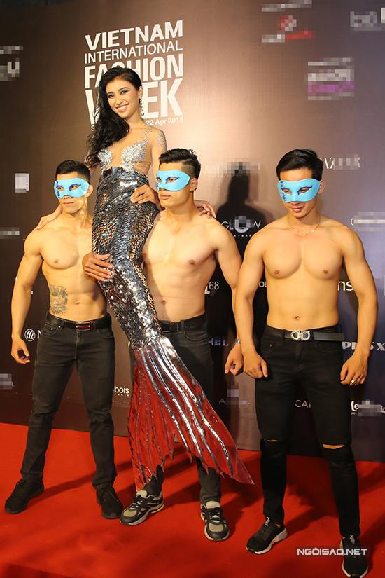 Xuất hiện vào đêm bế mạc Tuần lễ thời trang quốc tế Việt Nam tổ chức tối 22/4, Tiêu Châu Như Quỳnh chơi trội bằng cáchthuê dàn mẫu nam bế mình lên thảm đỏ.