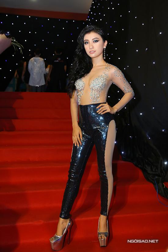 Cháu gái Lam Trường tiếp tục chọn trang phục xuyên thấu để tạo dấu ấn trong chương trình thu hút nhiều người đẹp, người mẫu và fashionista nổi tiếng.