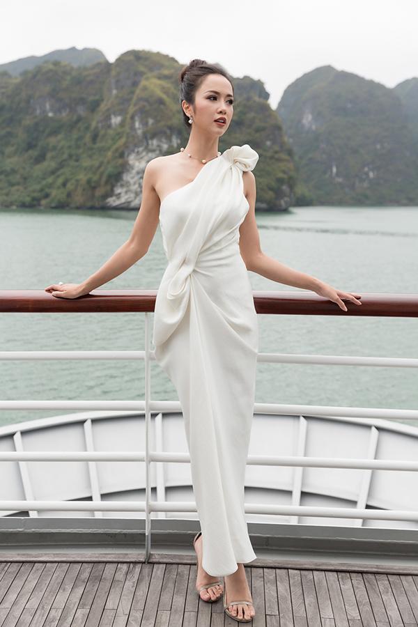 Vũ Ngọc Anh khoe phong cách sang trọng với kiểu váy dạ tiệc nhún vải độc đáo, đây cũng là phong cáchđồng điệu cùng khuynh hướng thời trang thịnh hành của mùa mốt thế giới năm 2018.