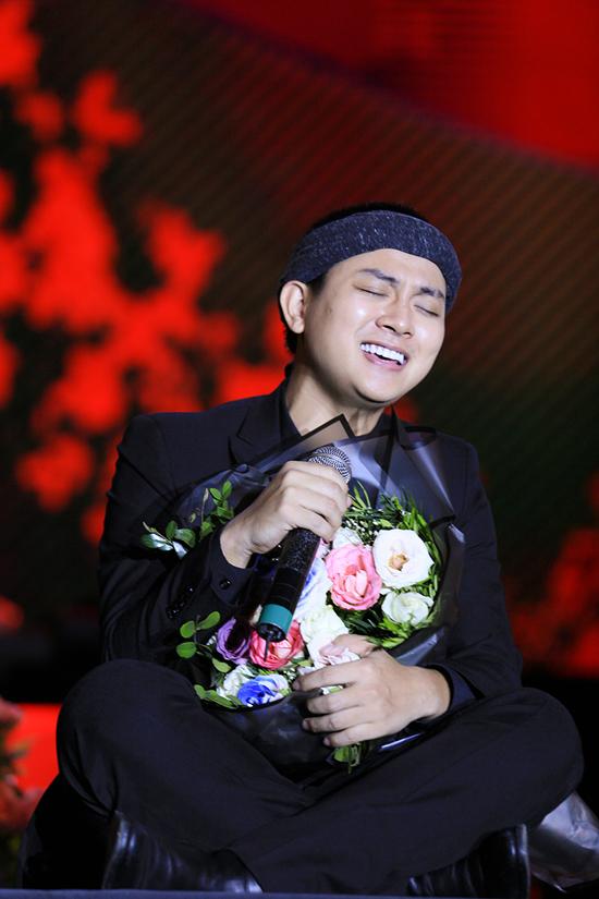 Hoài Lâm ngồi bệt xuống sân khấu khi thể hiện Về đâu mái tóc người thương. Anh còn hoá thân thành NSND Hà Thị Cầu trong một tiết mục hát xẩm.