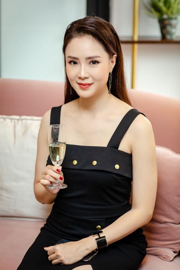 Trái ngược hoàn toàn với vẻ già nua, quê mùa của bà Dung trong Cả một đời ân oán phần 2, Hồng Diễm ở ngoài đời rất trẻ trung, xinh đẹp. Sau 2 lần sinh nở, nữ diễn viên vẫn giữ được vóc dáng thon thả và làn da mịn màng.