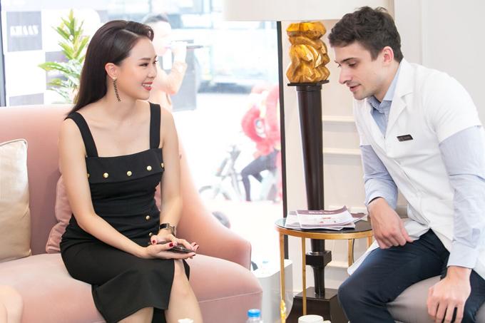 Tại sự kiện sáng nay, Hồng Diễm rất quan tâm đến các phương pháp làm đẹp không xâm lấn. Nữ diễn viên nói tiếng Anh thành thạo khi trao đổi với bác sĩ người nước ngoài.