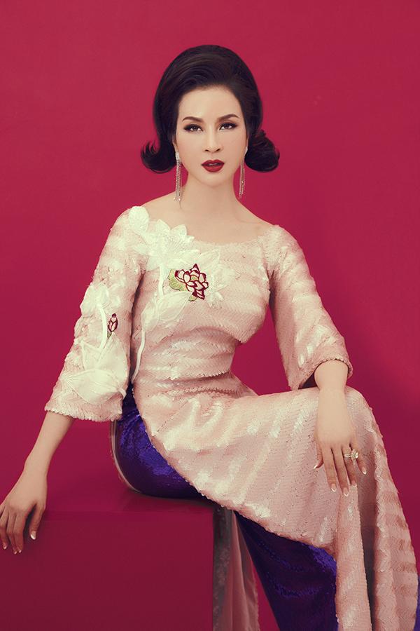 Ở bộ ảnh mới thực hiện, nữ diễn viên không chọn các kiểu váy áo hợp một tôn vẻ đẹp hiện đại thay vào đó là chút yểu điệu cùng trang phục áo dài cách tân.