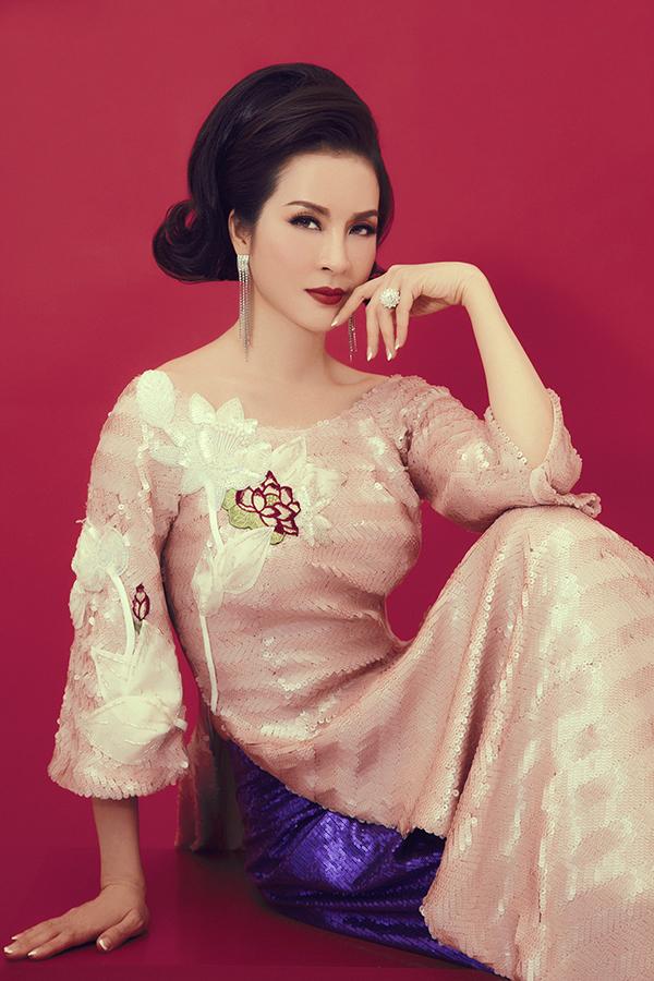 Áo dài thiết kế trên chất liệu vải sequins lấp lánh được nữ MC chọn lựa để giúp mình toả sáng với hình ảnh quý cô cổ điển.