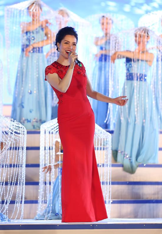 Ca sĩ Ngọc Anh lộng lẫy trong bộ đầm đỏ rực khi hátKhát vọng biển.