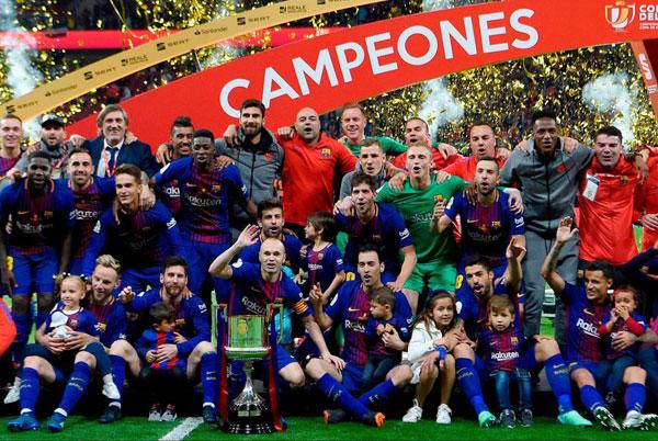 Messi hôn vợ quên trời đất sau khi vô địch Cup nhà Vua - 4