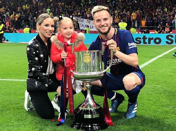 Vợ chồng Rakitic cùng con gái bên Cup nhà Vua.