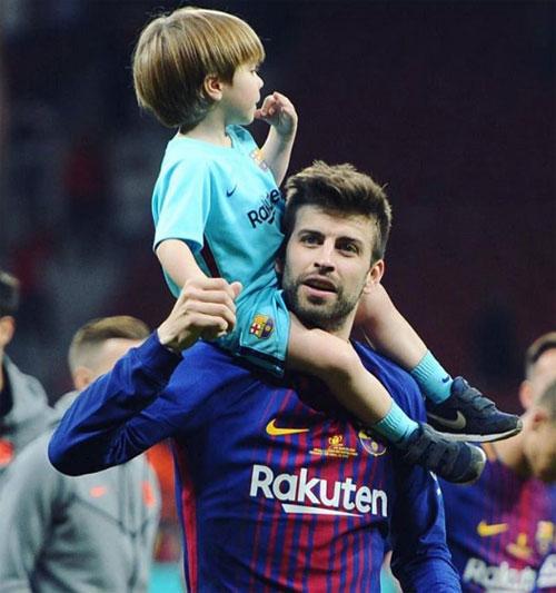 Messi hôn vợ quên trời đất sau khi vô địch Cup nhà Vua - 7