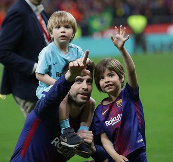 Messi hôn vợ quên trời đất sau khi vô địch Cup nhà Vua - 8